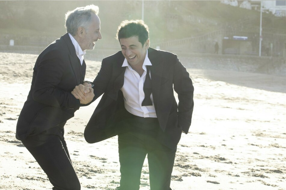 Arthur (l., Fabrice Luchini) und Cesar (Patrick Bruel) gehen seit ihrer Schulzeit durch dick und dünn.