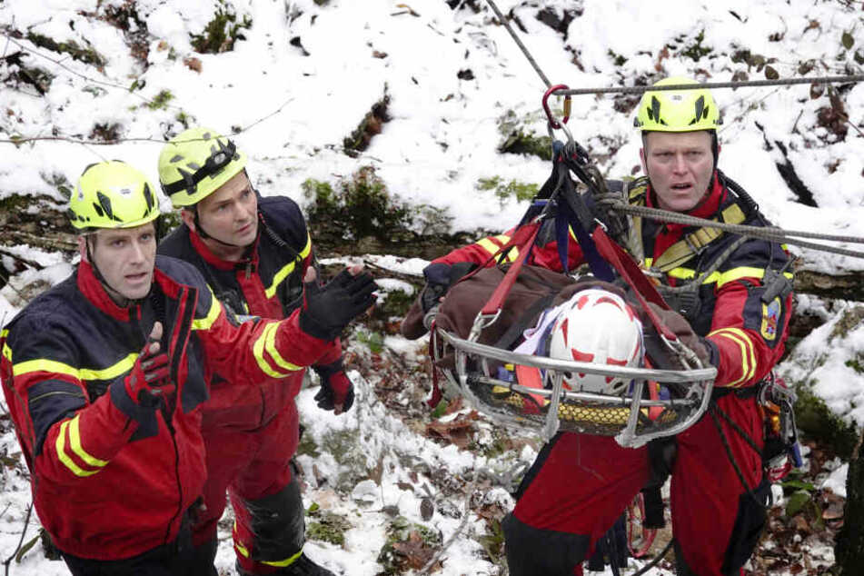 Einsatzkräfte der Feuerwehr bergen einen Verletzten im Chemnitzer Zeisigwald. Zum Glück handelt es sich herbei nur um eine Übung.