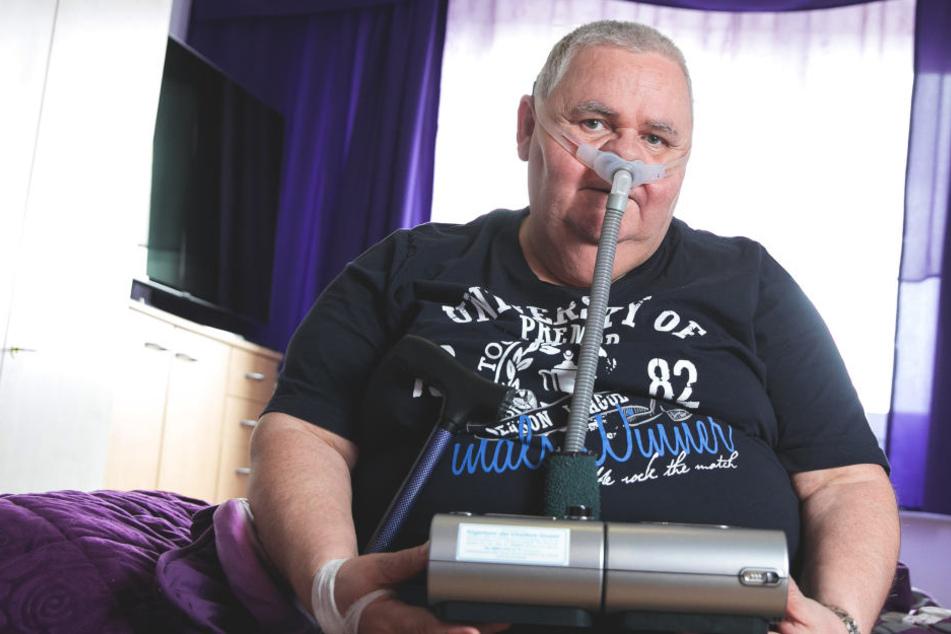 Ein Beatmungsgerät steht auf Jörg Müllers Nachttisch. Er benutzt es zwölf  Stunden pro Tag.