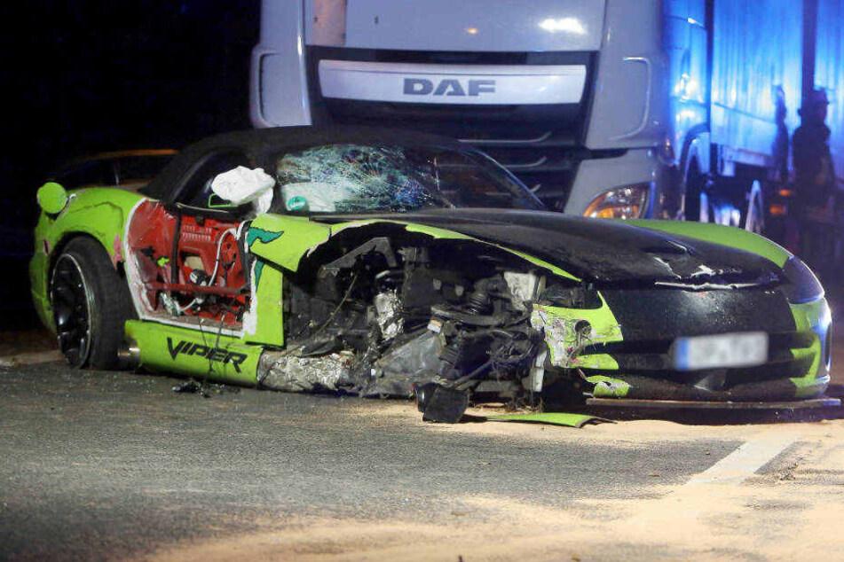 Bei einem Überholmanöver war die Fahrt außer Kontrolle geraten. Der Wagen kollidierte abwechselnd mit einem Sattelzug und einem Lichtmasten.