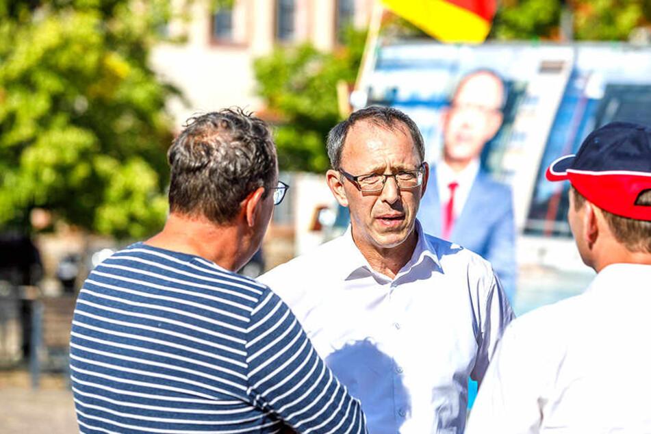 Jörg Urban (54, M.) mit Helfern auf dem Marktplatz in Grimma. Ein anderer Markttermin an diesem Tag musste aus Sicherheitsgründen abgesagt werden.