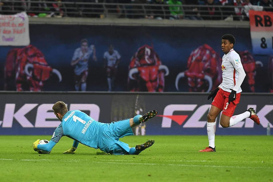 Der Moment, der die Partie entschied. Frankfurts Keeper Hradecky geht außerhalb des Strafraums mit der Hand zum Ball.
