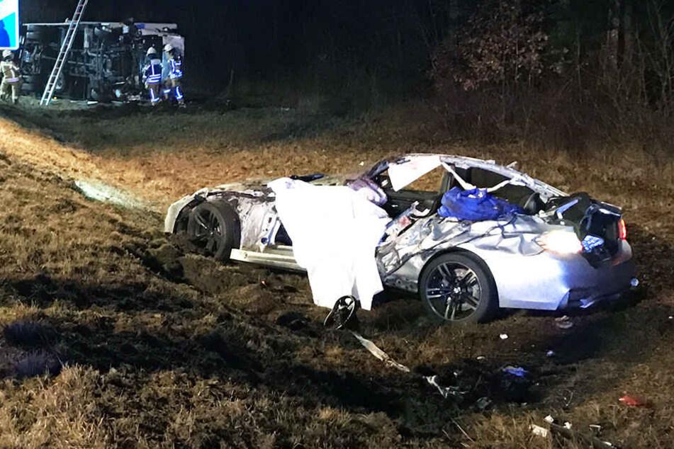 Das Dach des Sportwagens wurde abgerissen, der Fahrer konnte nur noch tot geborgen werden.