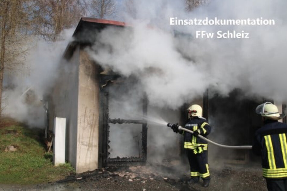 Kameraden der Feuerwehr Schleiz löschen den Garagenbrand.