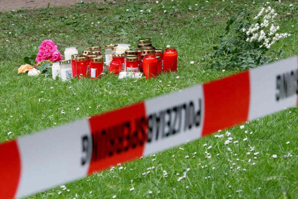 Angehörige hinterließen Blumen und Kerzen am Tatort in Viersen.
