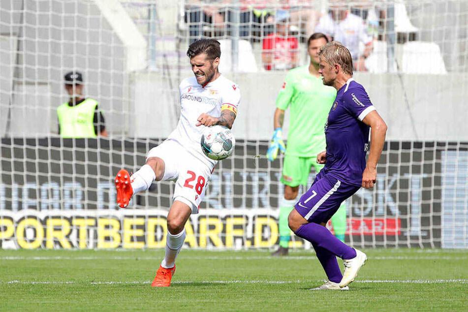Union-Kapitän Trimmel am Ball. Aues Jan Hochscheidt schaut zu.