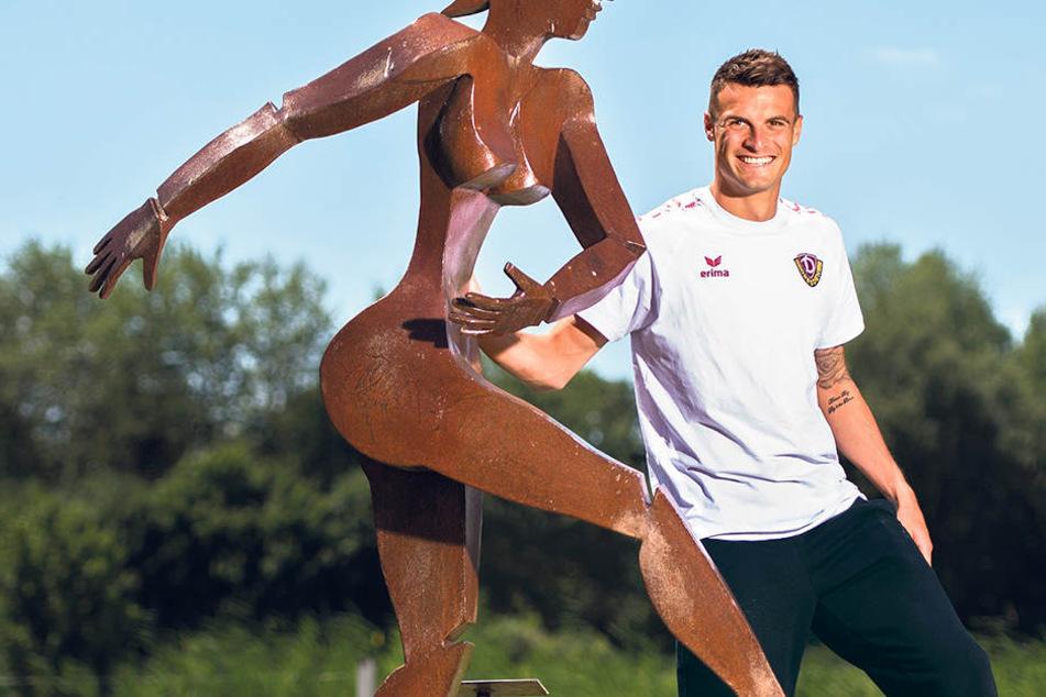 Kein Stinkstiefel! Philip Heise, hier im Hotelbereich an einer Skulptur des Künstlers Hermann Hollweck lehnend, akzeptiert das Machtwort von Dynamo-Sportchef Ralf Minge.