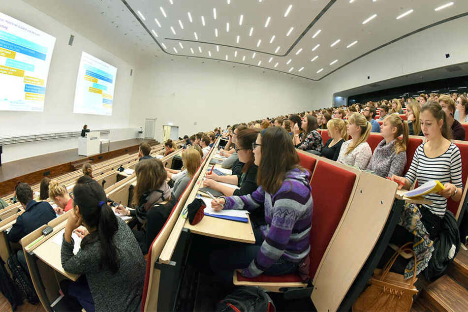 Ein Hörsaal der Uni Leipzig. Die Alma Mater muss künftig einen Teil ihrer Studenten zur Kasse bitten. (Archivbild)