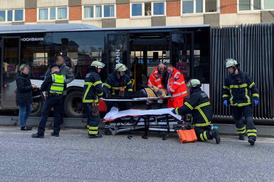 Rettungskräfte versorgen ein Unfallopfer.