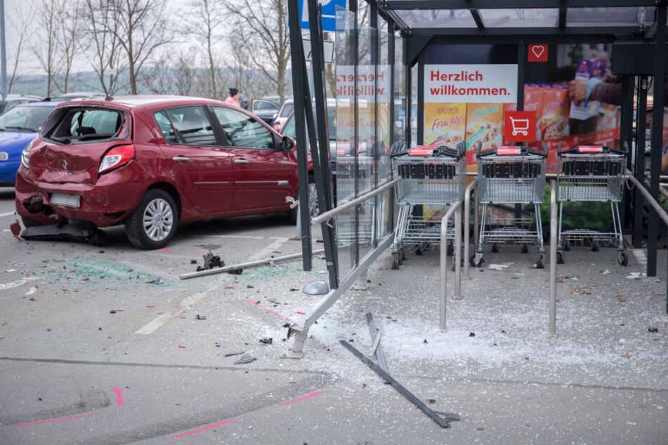 Ein Renault wurde in einen Einkaufswagen-Unterstand geschoben.