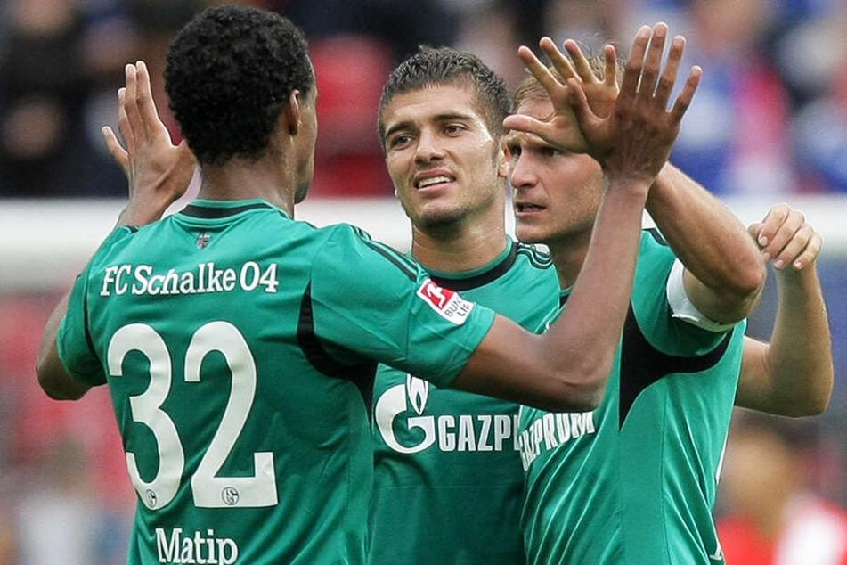 Roman Neustädter (M.) spielte insgesamt vier Jahre mit Benedikt Höwedes (r.) zusammen beim FC Schalke 04.
