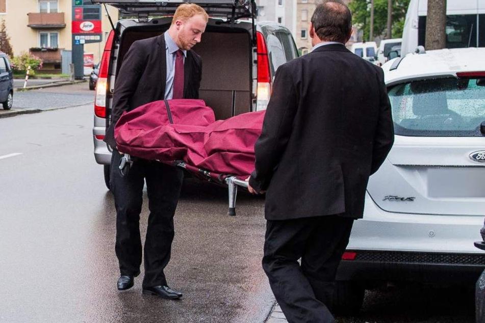 Der 21-Jährige wird verdächtigt, zwei Prostituierte ermordet zu haben. Hier wird die Leiche der einen Frau abtransportiert.