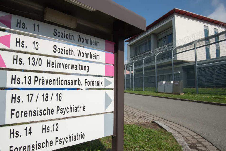 Ein Schild weist den Weg zur Präventionsambulanz in Ansbach.