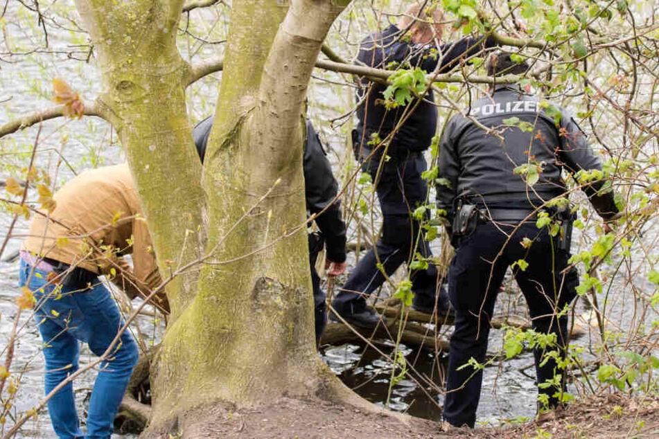 Die Polizei sucht am See nach Spuren. (Symbolfoto)