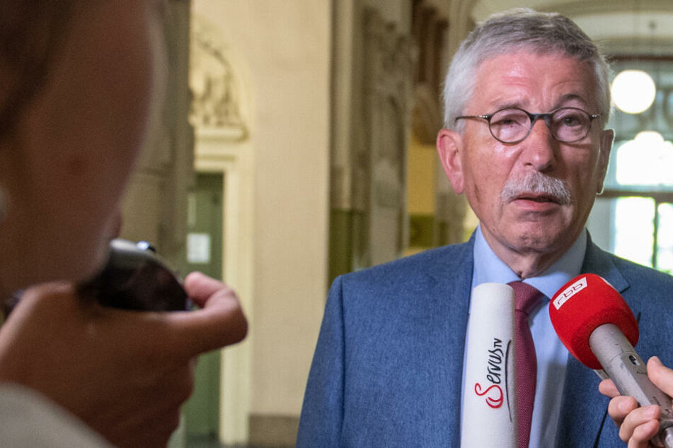 Thilo Sarrazin spricht vor der Sitzung der SPD-Schiedskommission mit Journalisten. (Archivbild)