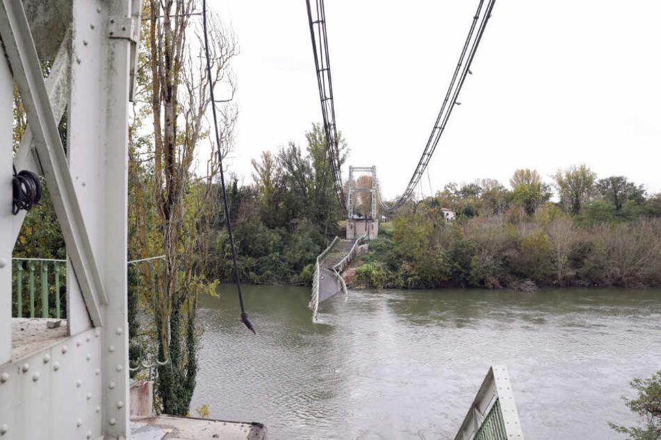 Überreste der Hängebrücke, die die Orte Mirepoix-sur-Tarn und Bessieres verband, liegen im Fluss Tarn, nachdem sie eingestürzt ist.