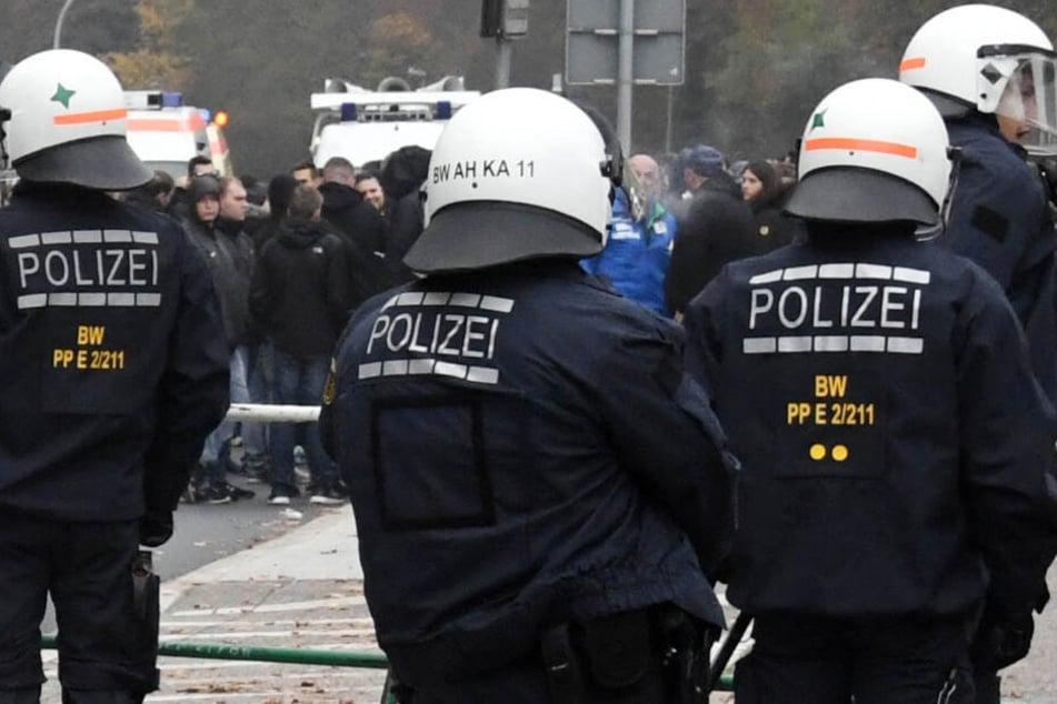Die Polizei muss im Fußball häufiger verfeindete Fanlager trennen. (Symbolbild)