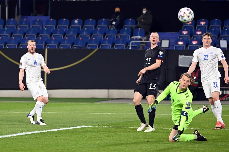 Das war knapp! Islands Runar Sigurjonsson (l.) zieht nach Vorlage von Jon Dadi Bödvarsson (r.) ab, der sich zu einfach gegen Lukas Klostermann (3.v.r.) durchsetzen konnte. Antonio Rüdiger (nicht im Bild) fälschte noch entscheidend ab, sodass der Ball neben den Kasten von Manuel Neuer (2.v.r.) flog.