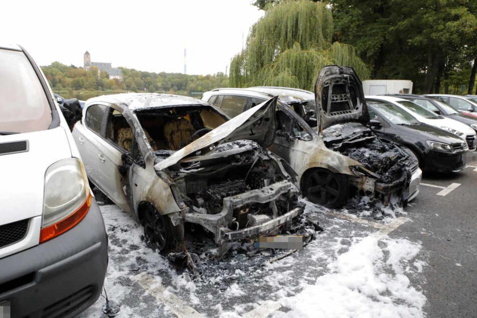 Bei beiden Autos ging der Brand vom linken Vorderreifen aus. Die Polizei geht von Brandstiftung aus und sucht nach Zeugen.