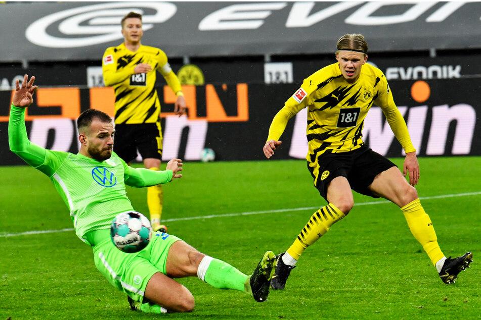 Hier gegeneinander, nun Teamkollegen: Innenverteidiger Marin Pongracic (23, l.) kam am Deadline Day vom VfL Wolfsburg und wird bald nach der Länderspielpause mit Erling Haaland (21, r.) auflaufen. Den Weltklasse-Stürmer zu halten, war der größte BVB-Coup.