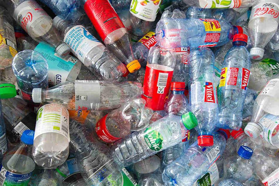 50.000 Flaschen sollen die beiden Männer unterschlagen haben. (Symbolbild)