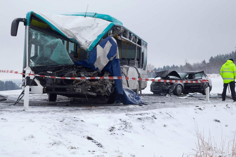 Die Nase des Busses wurde völlig zerdrückt.