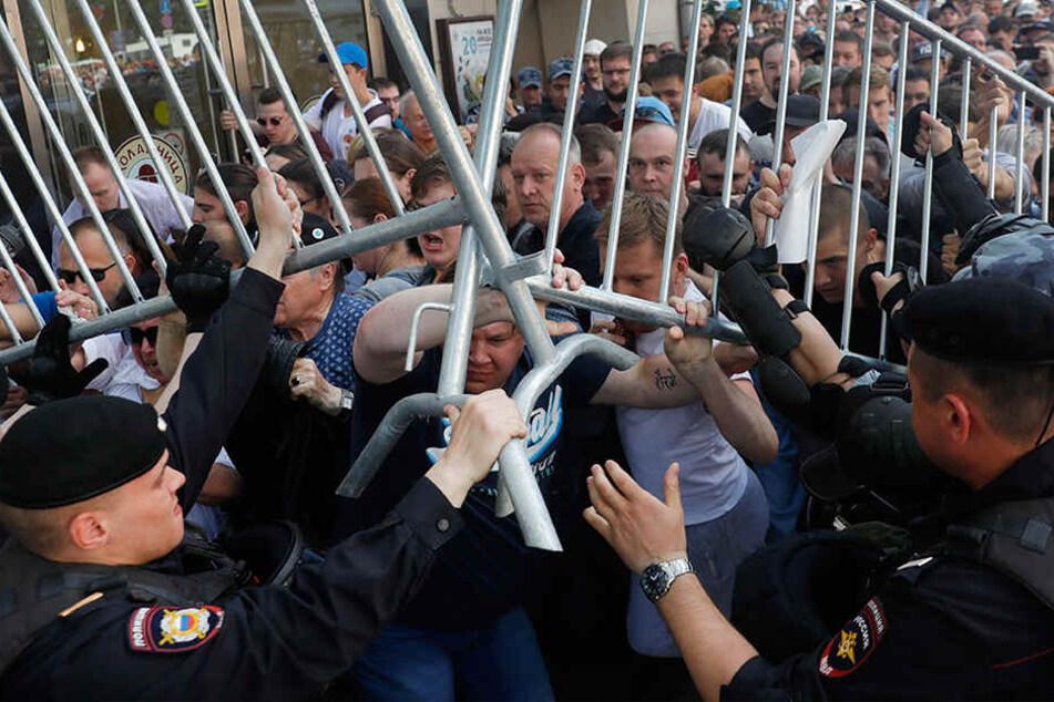 Begleitet von einem massiven Aufgebot der Polizei haben am Samstag in Moskau Tausende Menschen gegen den Ausschluss von Oppositionellen bei der Regionalwahl in sechs Wochen demonstriert.