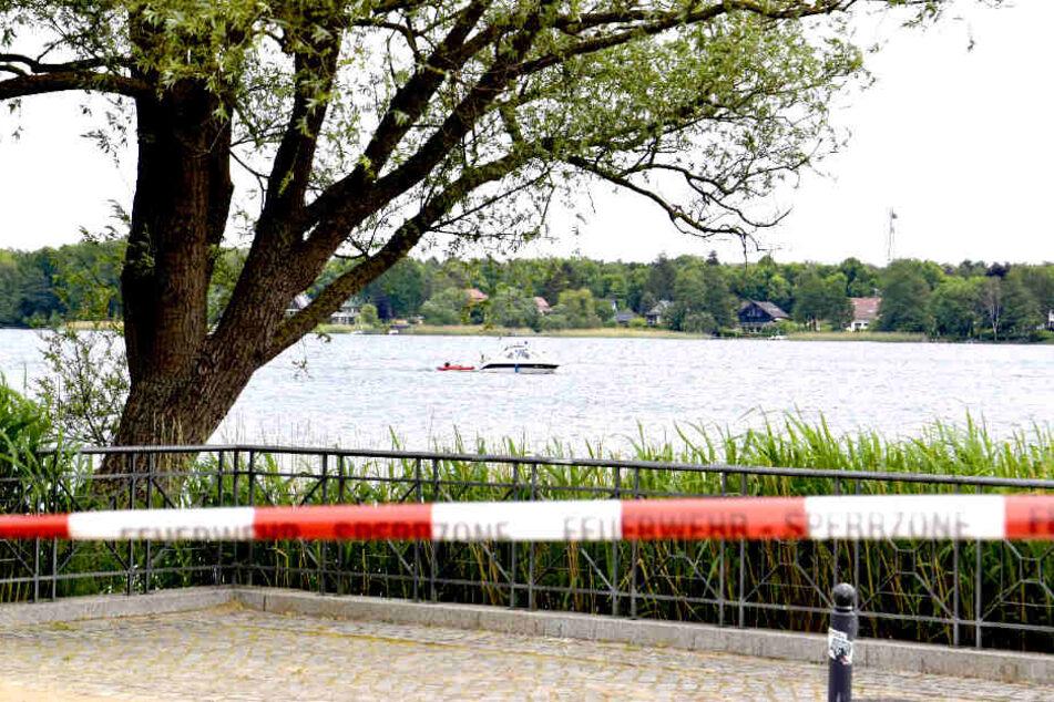 Ein Flatterband wurde vor dem Neuruppiner See aufgespannt.