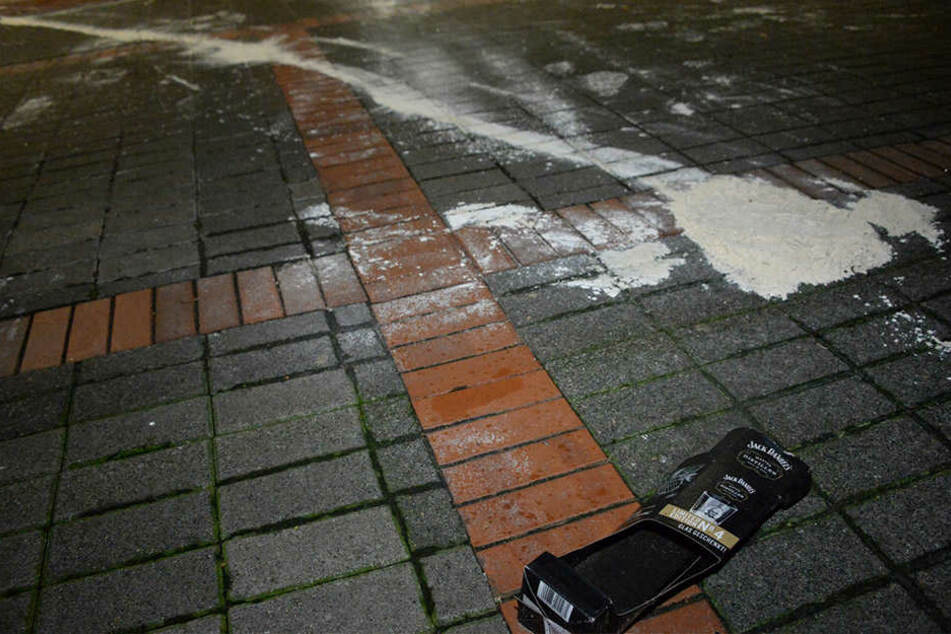 Überall auf dem Boden hatten die Unbekannten das Pulver verteilt.