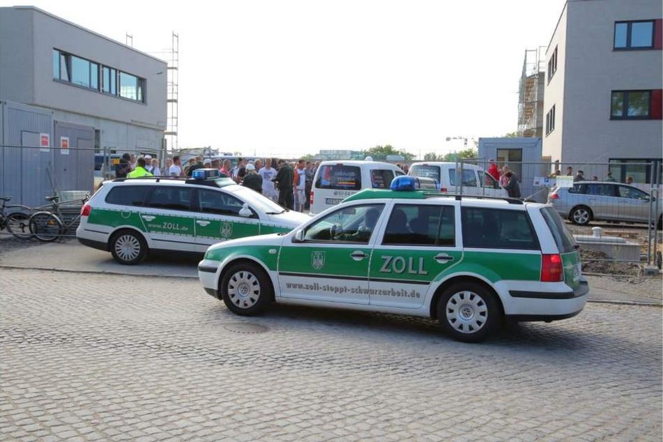 Beamte der Finanzkontrolle Schwarzarbeit fuhren am Donnerstag auf der Baustelle auf der Stauffenbergallee vor.