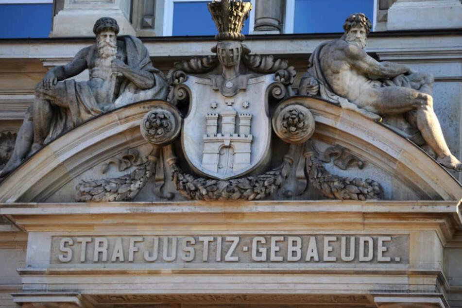 Vier Angeklagte sollen eine Frau im Oktober 2017 brutal getötet haben. Nun wird vor dem Landgericht Hamburg gegen sie verhandelt.