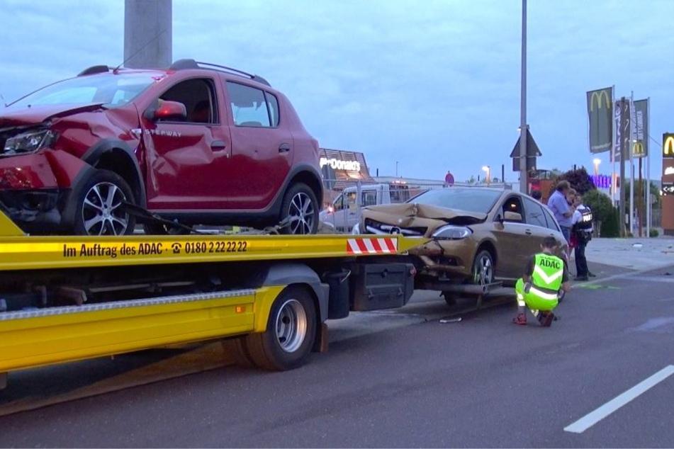 Der Dacia und der Mercedes mussten nach dem Zusammenstoß abgeschleppt werden.