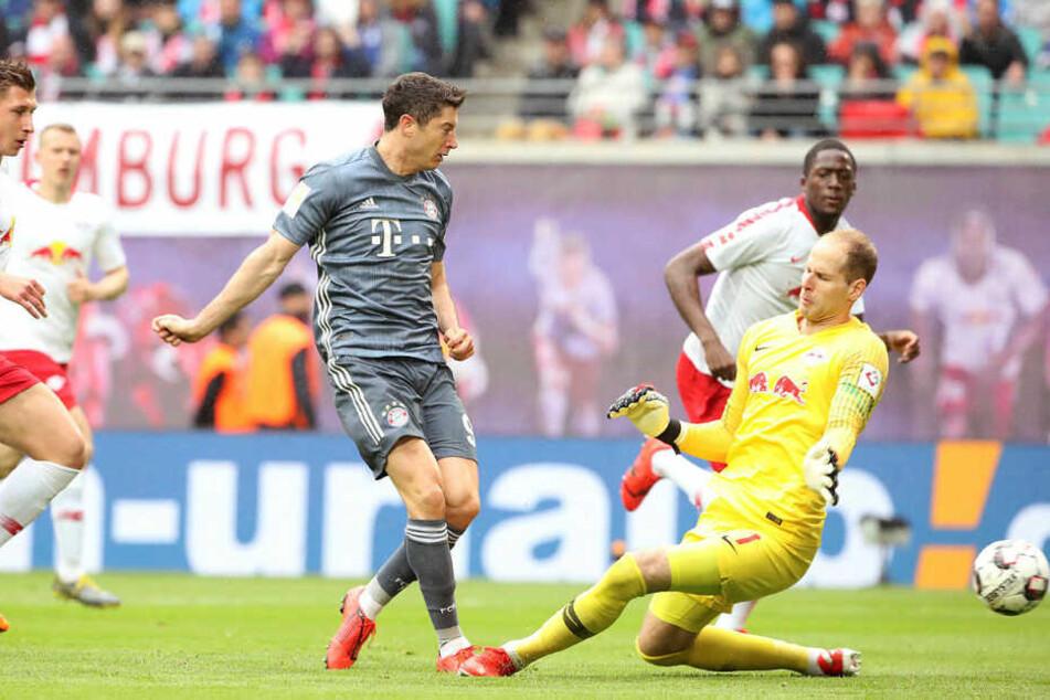 Setzte den Ball aus Abseitsposition nach einem Chip in den Strafraum neben Gulácsis Kasten: Bundesliga-Toptorjäger Robert Lewandowski.