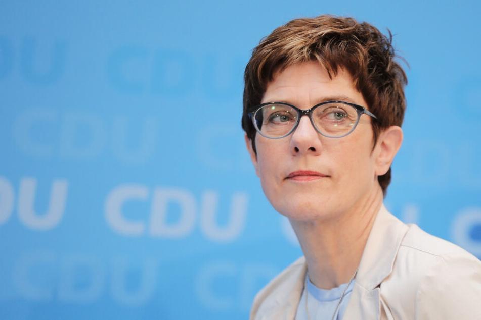 Neue Verteidigungsministerin berufen: AKK löst von der Leyen ab!