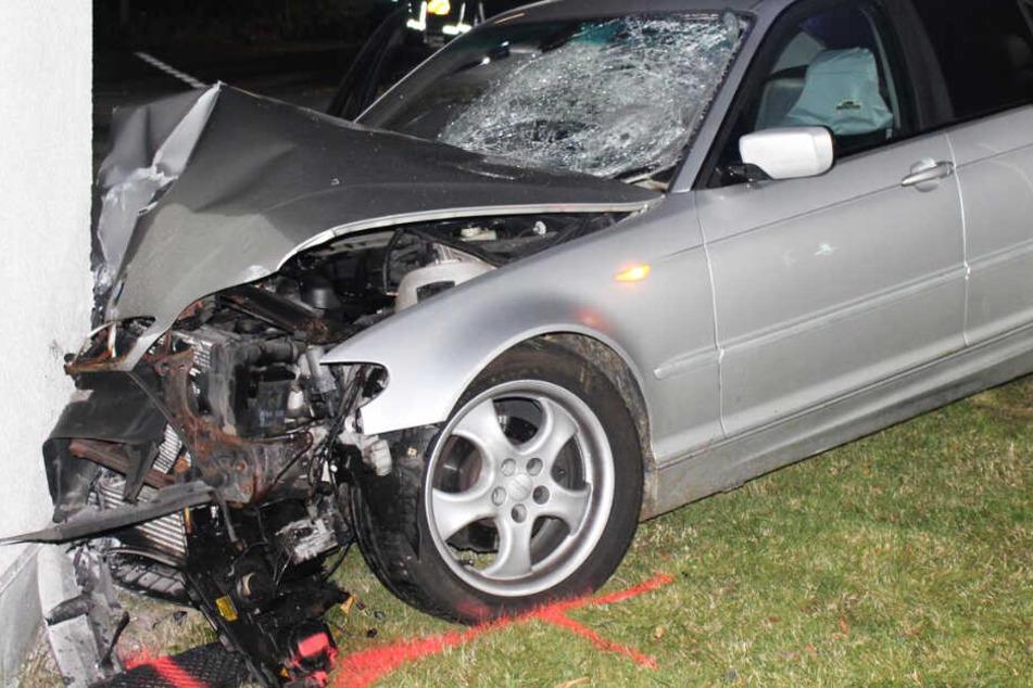 Das Foto der Polizei Rheinland-Pfalz zeigt den 3er BMW nach dem Unfall.