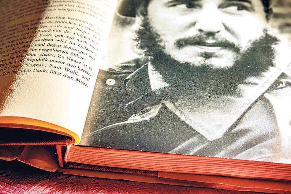 Mit blauem Füller unterschrieb Castro in dem Buch. Das Autogramm ist schwer zu erkennen, aber immer noch da.