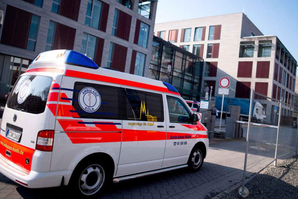 Ein Rettungswagen vor der Uniklinik in Köln.