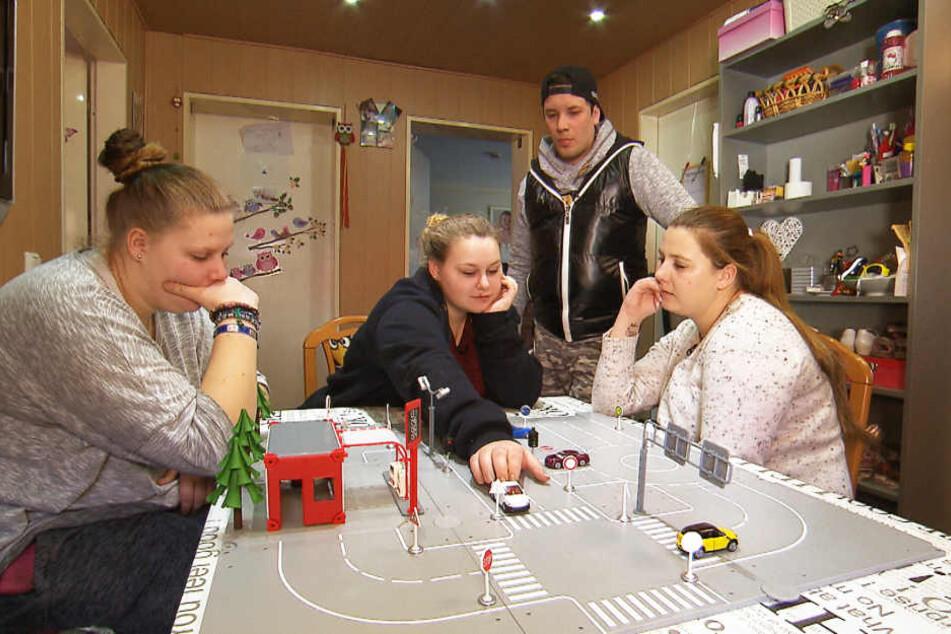 Auch die Theorie will gelernt sein: Lavinia (li.), Sarah-Jane (m.) und Sarafina (re.) tauchen mit Flo in die Geheimnisse des Straßenverkehrs ein.