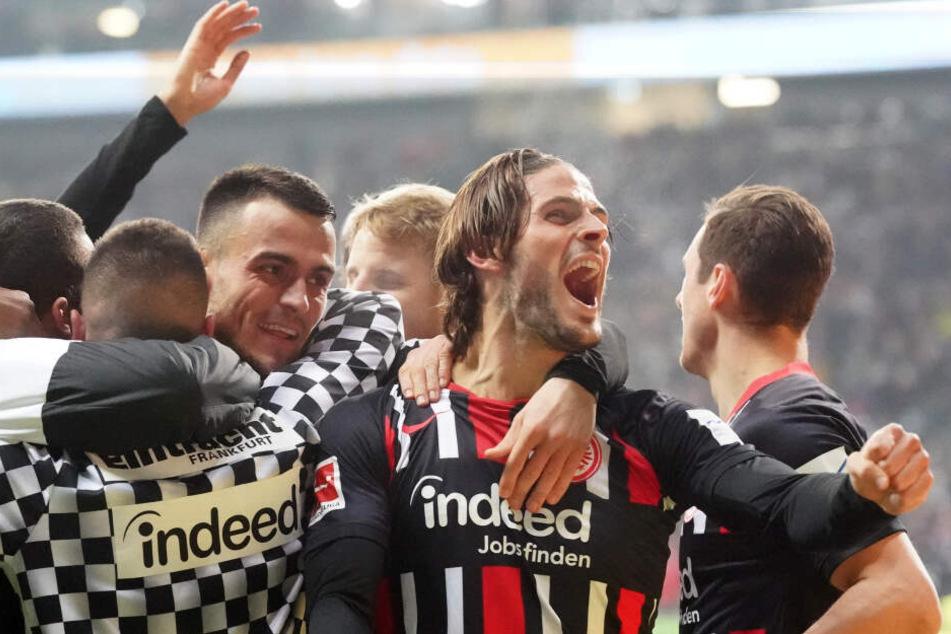 Totale Eintracht-Ekstase nach dem 2:0 durch Filip Kostic (3.v.l.), das von Goncalo Paciencia (2.v.r.) vorbereitet wurde.