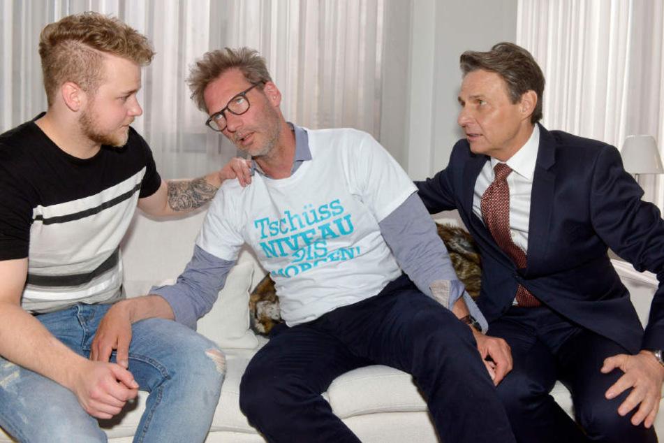 Alexander (Mitte) hat es eindeutig übertrieben und muss von Jonas (l.) und Jo umsorgt werden.