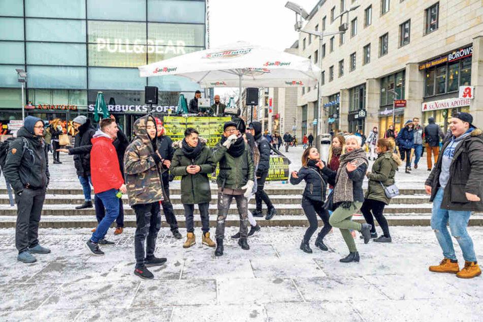 """Trotz Bibberkälte: Einige """"Prager""""-Passanten ließen sich von der Mugge anstecken."""