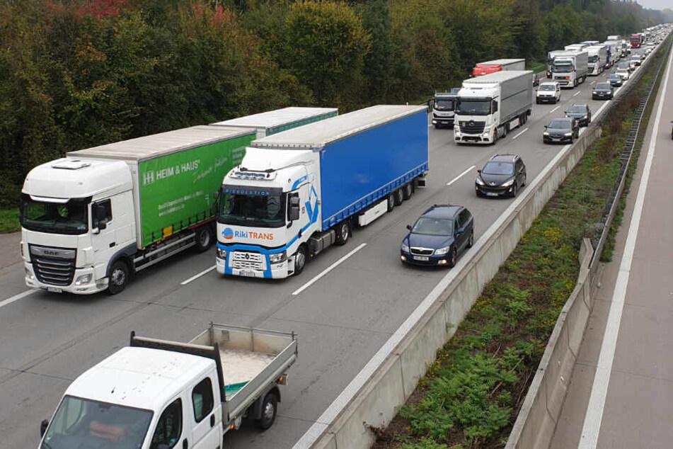 Mitten im Berufsverkehr! A8 teilweise gesperrt, heftiger Stau rund um Karlsruhe