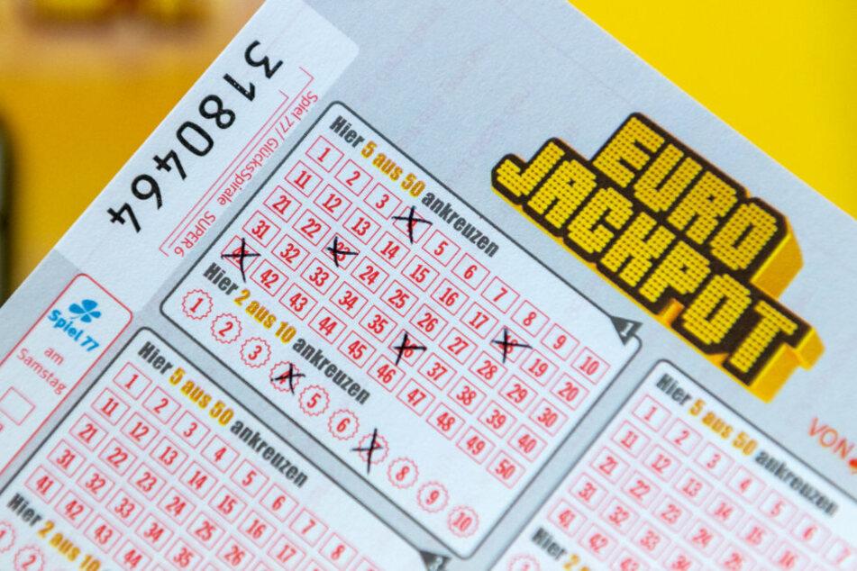 Ein Mann aus Großbritannien knackte den Euro-Jackpot. Er gewann 44 Millionen Euro.
