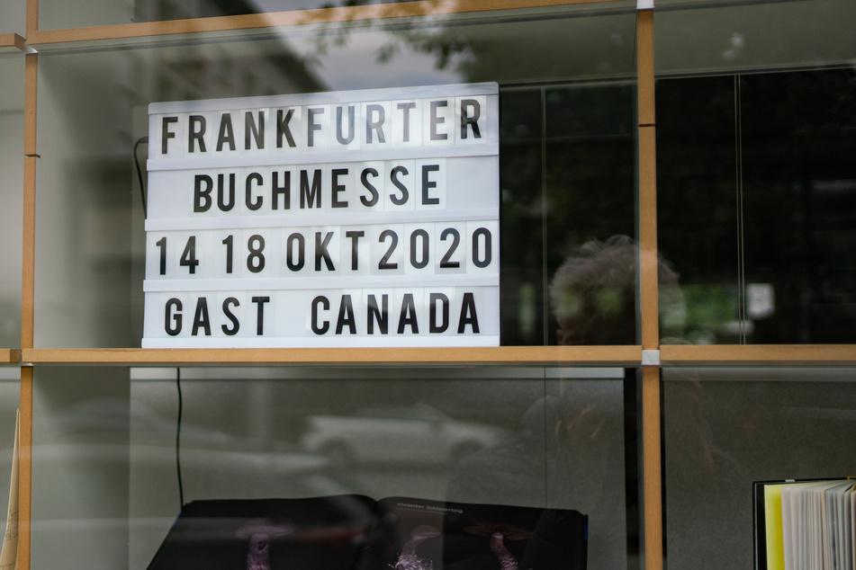 Ein Schild verrät den Termin der diesjährigen Frankfurter Buchmesse. (Archivbild)
