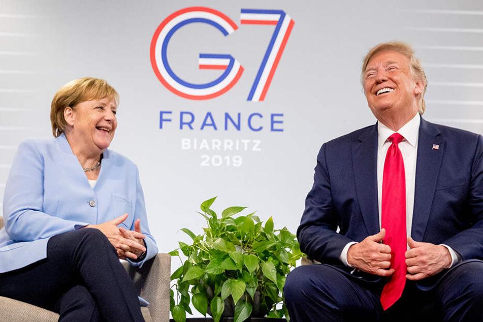 Bundeskanzlerin Angela Merkel (CDU) und Donald Trump, Präsident der USA, lachen zu Beginn der bilateralen Gespräche am Rande des G7-Gipfels in Biarritz.
