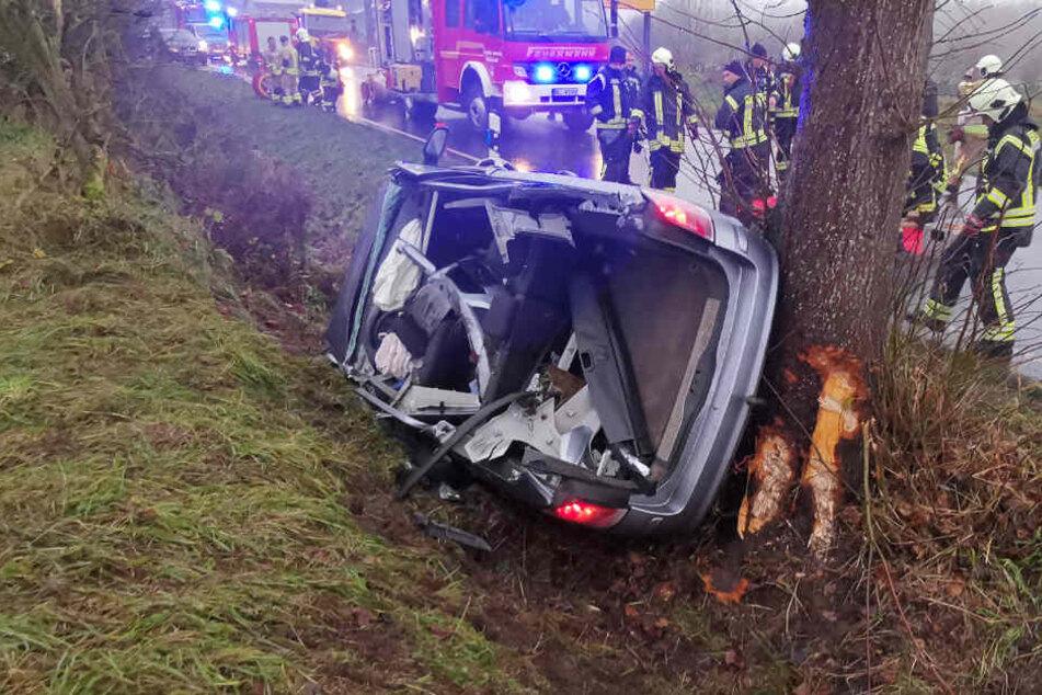 Das Auto wurde bei den Unfall stark beschädigt.