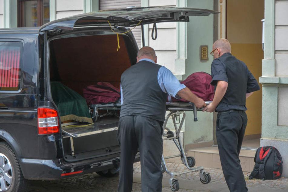 Bestatter transportierten am Mittwoch die Leiche des Mannes aus einer Obdachlosenunterkunft in Burg bei Magdeburg ab.