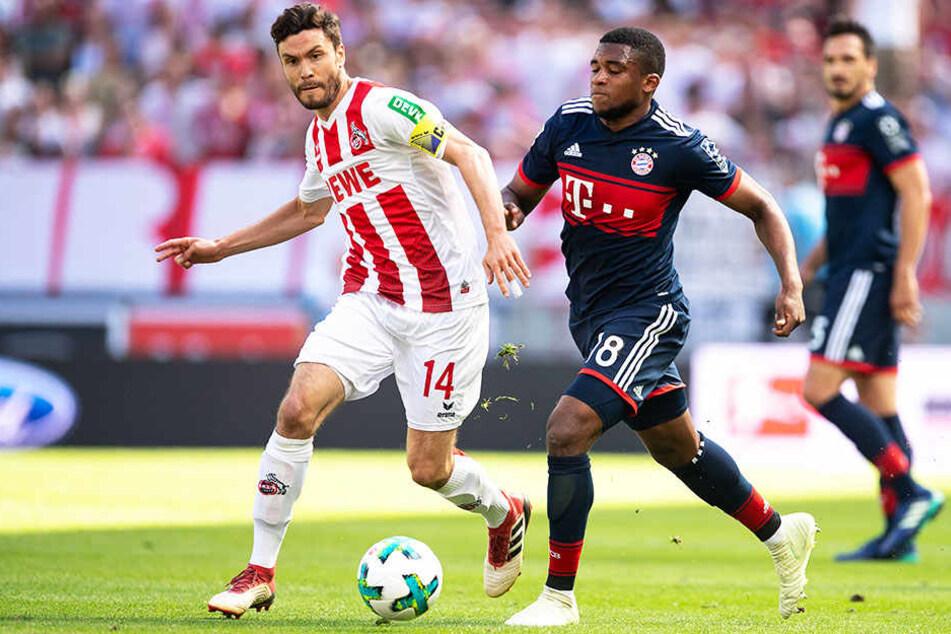 Ein weiterer Nachwuchsspieler, der dem FC Bayern München die Treue hält: Franck Evina ()r.), hier im Duell mit Kölns Jonas Hector.