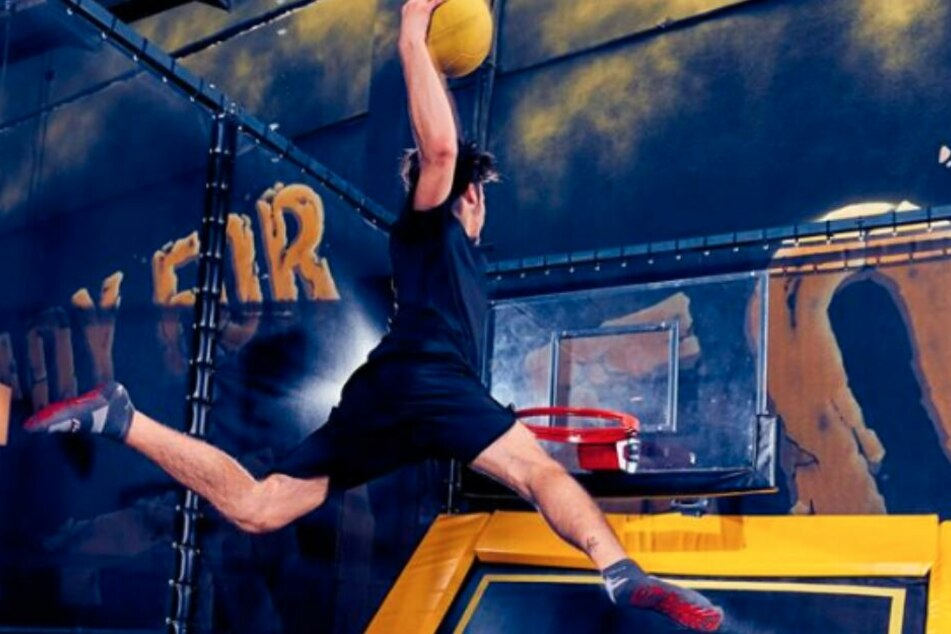 Auch Basketball kann in dem Jump-Park gespielt werden.