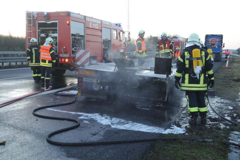Der Tieflader wurde von der Freiwilligen Feuerwehr gelöscht.
